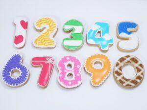 デコレーションした数字のクッキー